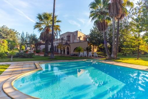 Large villa in a quiet area with pool and...