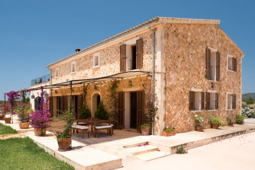 Charming natural stone Finca quietly situated...