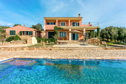 Villa in Puntiro with pool, tennis court  and guest house