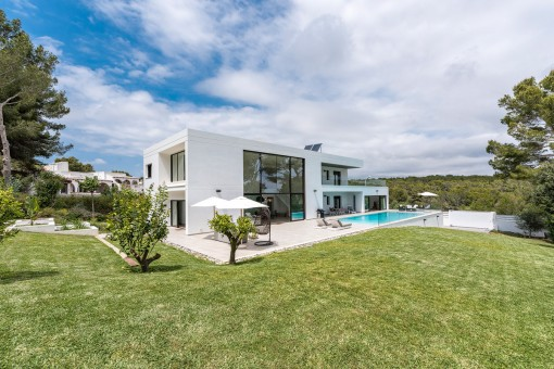 Modern, luxurious villa with sea views on a large plot in Sol de Mallorca