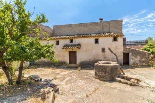 Small house with a large plot of land in the countryside in Bunyola for renovation