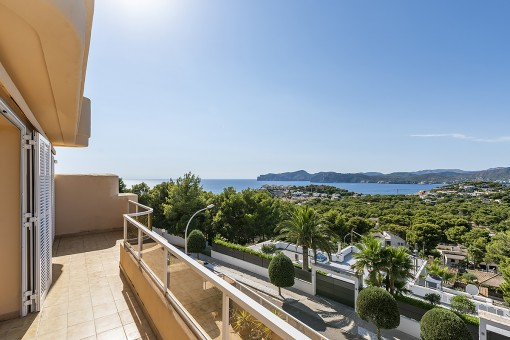 Bright duplex apartment with breathtaking panoramic views in a very sought-after residential complex in Santa Ponsa