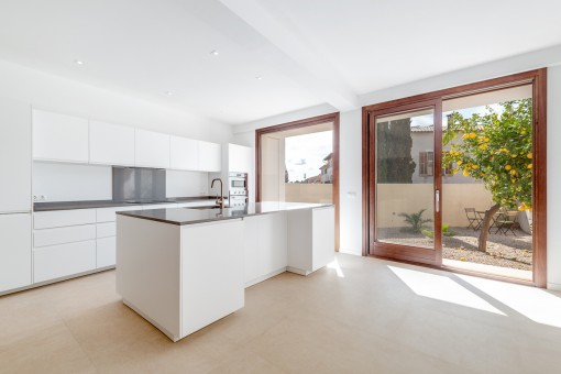 Light-flooded, modernised village-house with garage in a prime location in Alaro