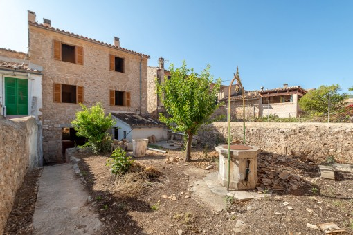 Spacious village house with garden in Alaro requiring renovation